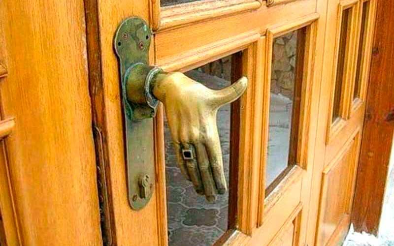 Дверь в подарок в дом из бруса под ключ