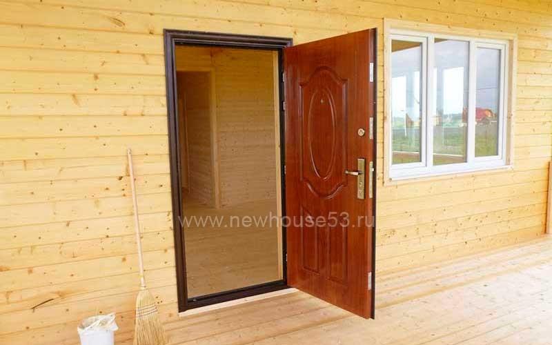 Входная дверь в дом из бруса